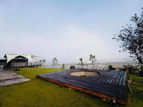 Không gian bên ngoài buổi sáng mơ mang có sương mù trước sân